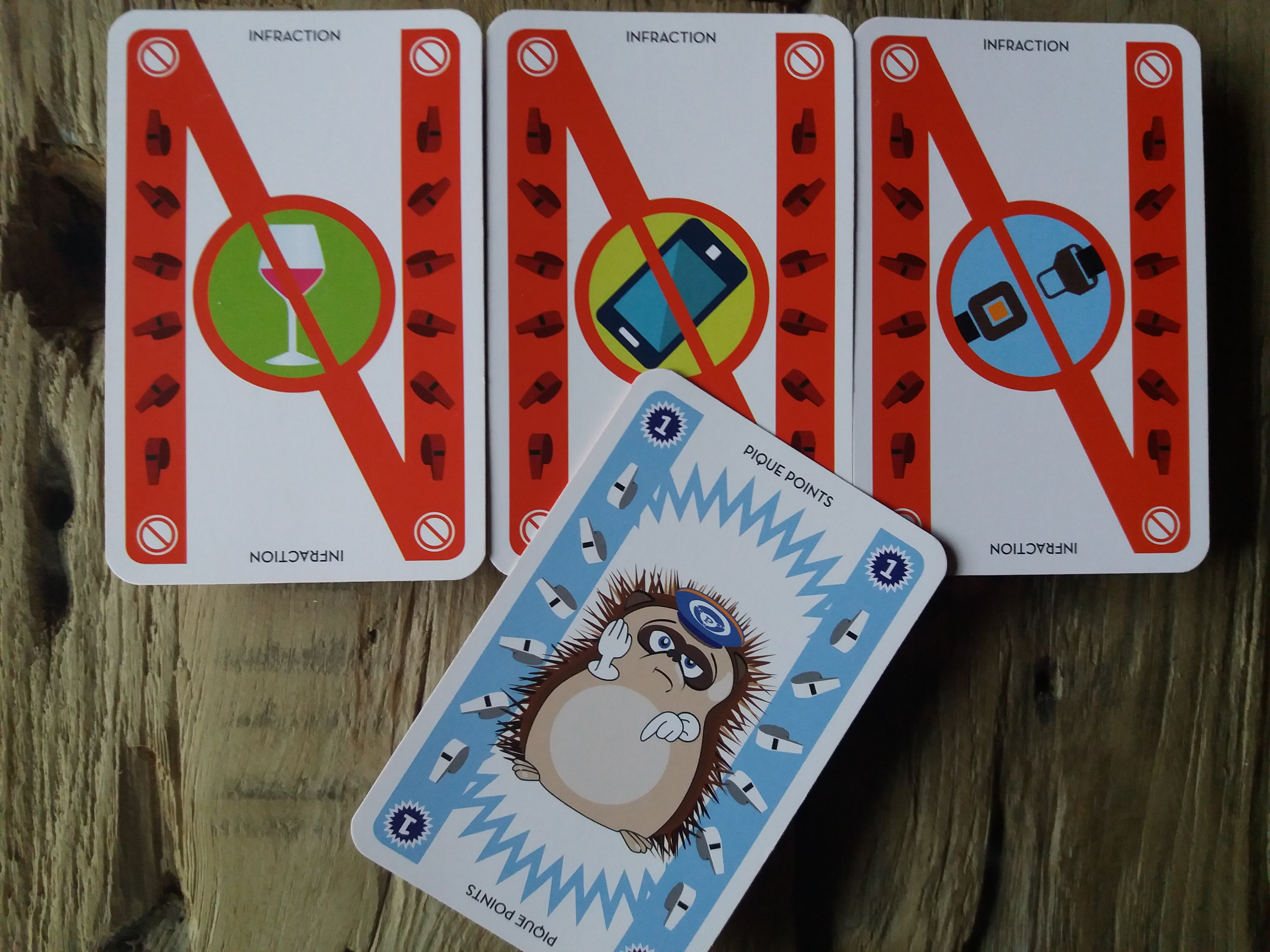 Pour cela il ne faut pas faire d'infraction et se faire piquer des points par un autre joueur. A vous de trouver des stratégies pour vider vos cartes sur la pile commune, stocker vos points devant vous et empêcher les autres de gagner! Découvrez comment jouer avec le tuto des jeux de 34 cartes et de 110 cartes!